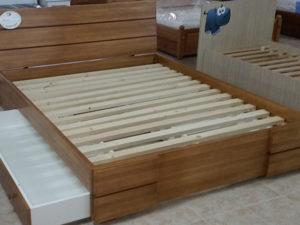 Hajlított támlás keményfakeretes ágy