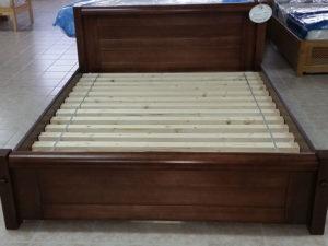 Rusztikus lekerekített keményfakeretes ágy