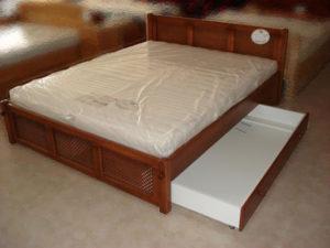 Apácarácsos oldaltfiókos keményfakeretes ágy